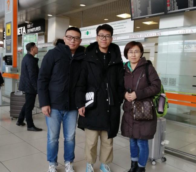 送牛牛妈妈和牛牛回国前在机场合影|俄罗斯留学