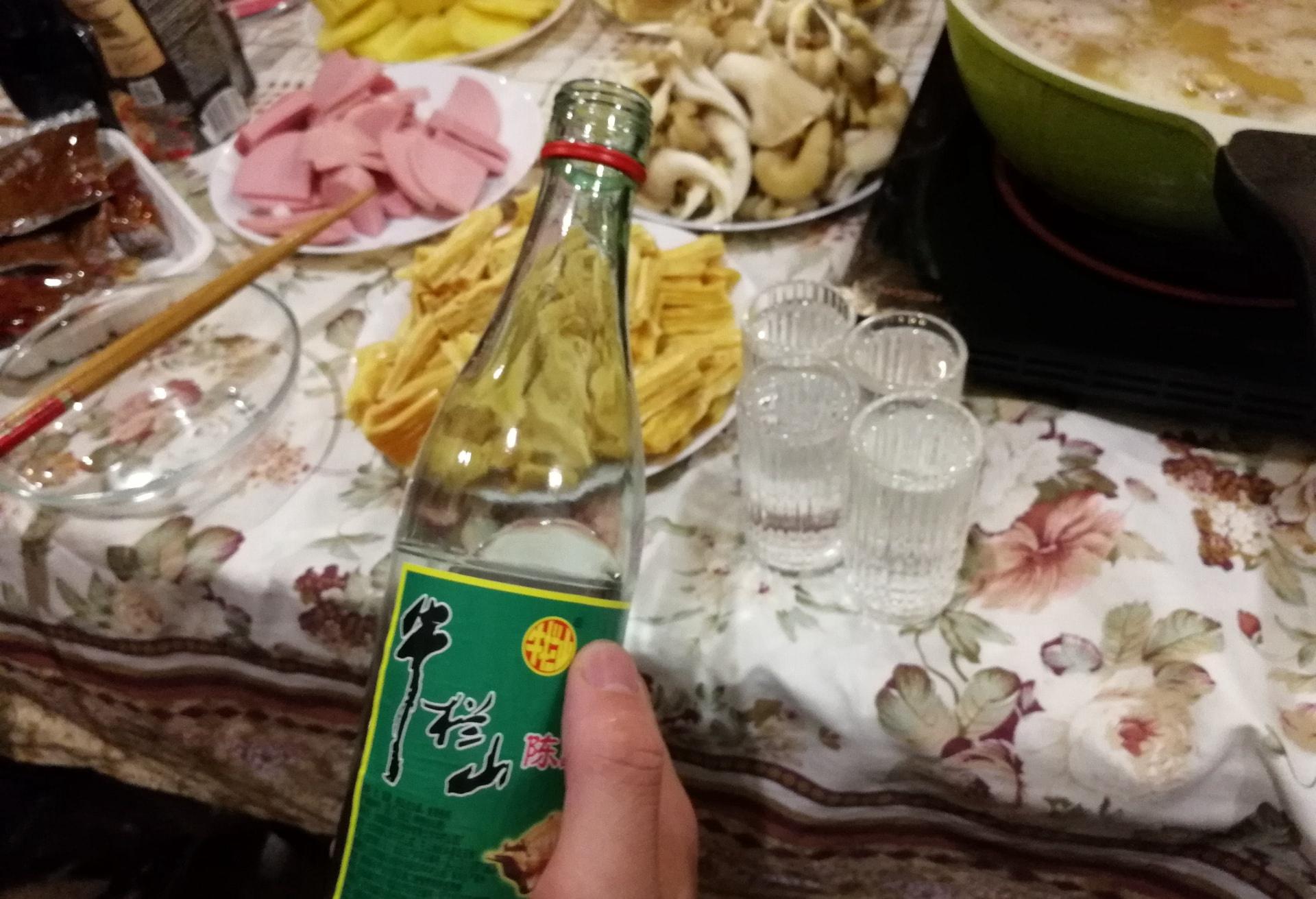 在乌拉尔联邦大学宿舍自己做饭,没事和哥们喝喝酒,牛栏山在叶卡不好买