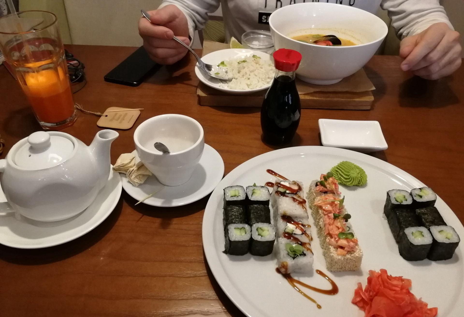 我和哥们在叶卡捷琳堡一家著名的俄餐厅吃寿司