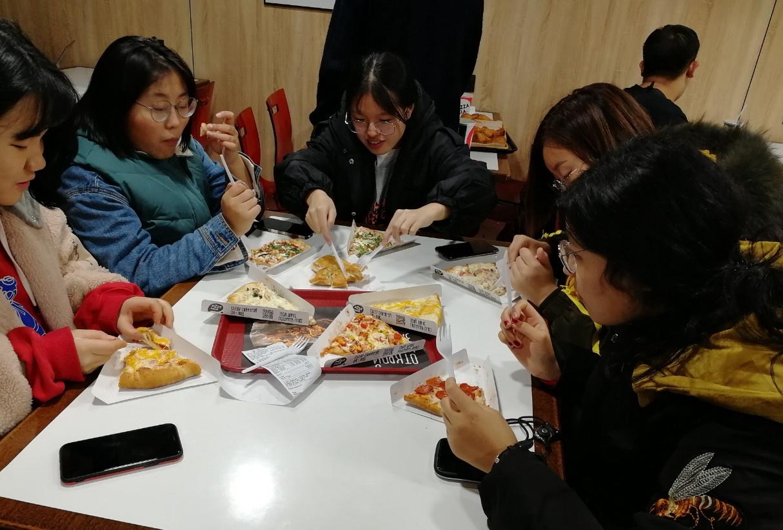 俄罗斯留学|叶卡捷琳堡|乌拉尔联邦大学|披萨店吃快餐