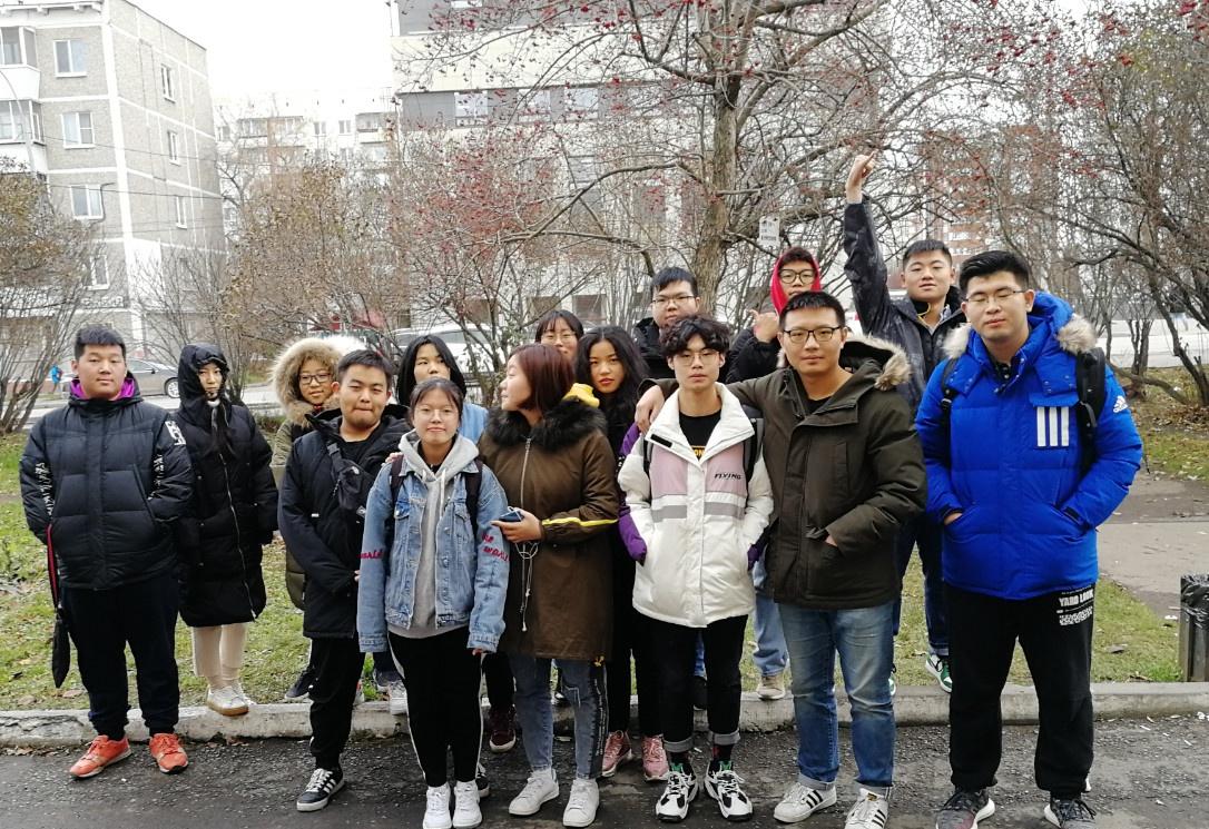 第四批的同学在乌拉尔联邦大学预科门前合影|俄罗斯留学