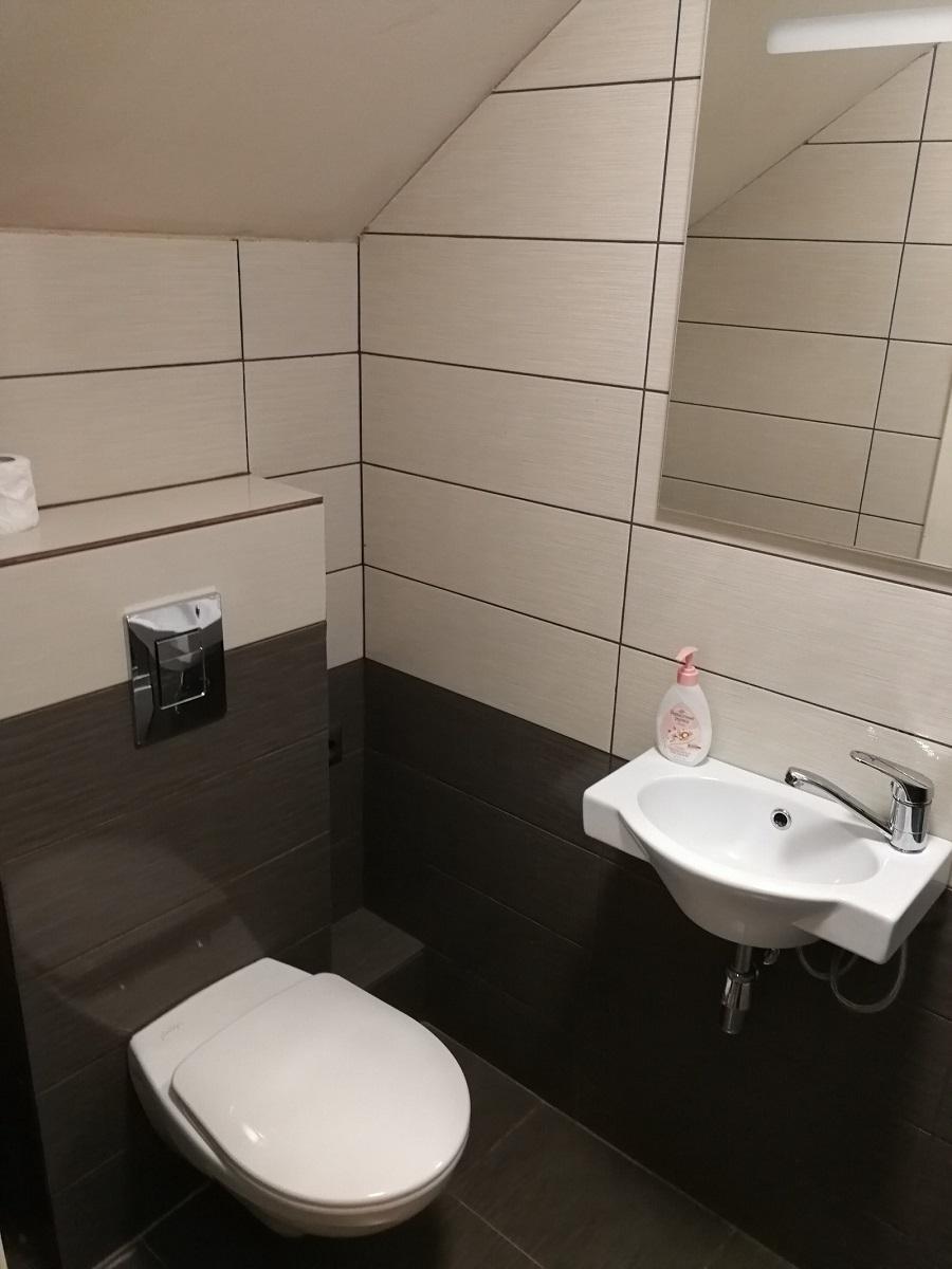 这是房东给我们看的租给留学生的单间,这样的房间一个床位1.5万卢布 = 1500元一个月怕不是要疯了,但是当时确实一床位难求|俄罗斯留学住宿|俄罗斯留学|俄罗斯大学入学