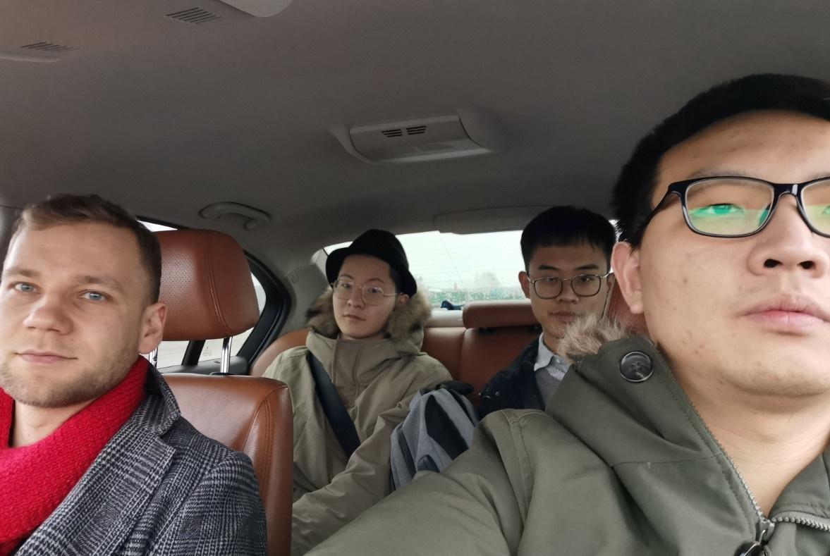 这是和2019年9月入学的学弟,还有我的哥们张宁,我的俄罗斯好朋友丹尼斯一起,这是在车上的时候|俄罗斯留学生活|俄罗斯留学