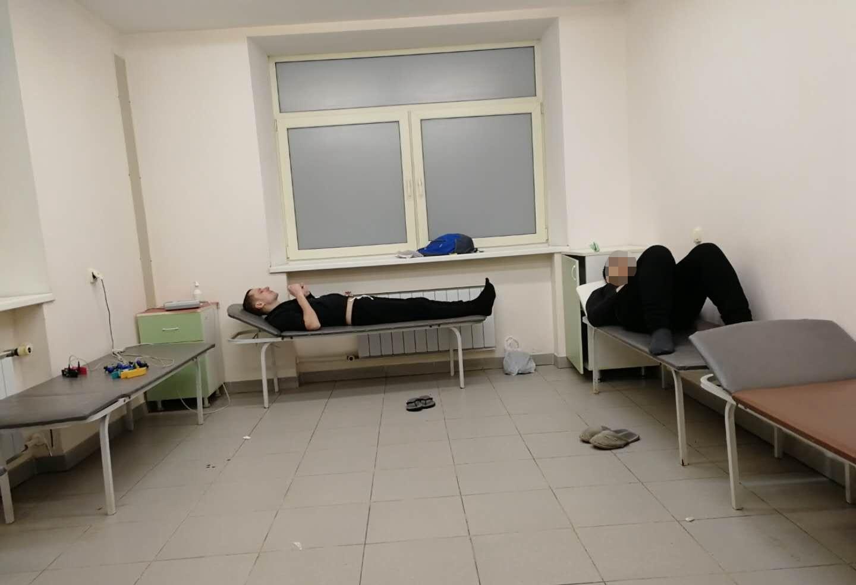 在分诊区,学生疼得翻来覆去,我一直陪着|俄罗斯留学就医