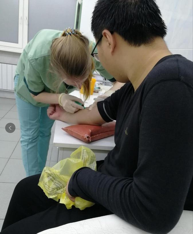 医生在给我的学生打针,主要是打消炎针,担心是胃肠道急性感染|俄罗斯留学就医