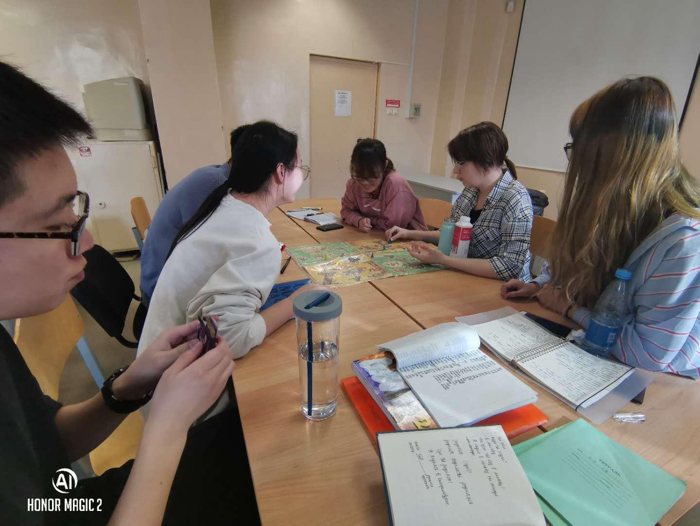 乌拉尔联邦大学预科孩子们的课堂活动,一起玩小游戏|俄罗斯留学预科|俄罗斯大学预科学习