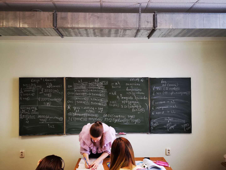 2019年乌拉尔联邦大学预科的孩子们在上课,图为课间休息老师在整理教案|俄罗斯留学预科|俄罗斯大学预科学习