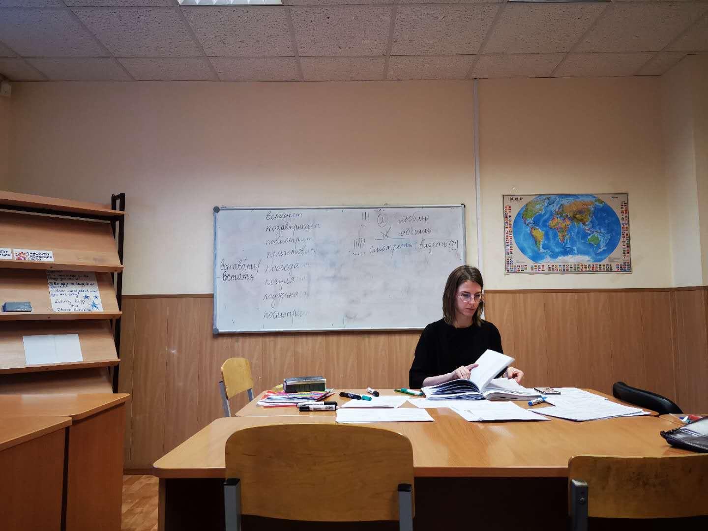 乌拉尔联邦大学预科课堂,老师在课间休息整理教案|俄罗斯留学预科|俄罗斯大学预科学习