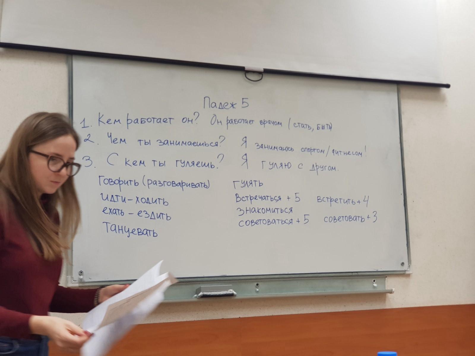 这是我们的孩子在课堂上学习名词变位第五格,讲课老师为娜佳(Надя)|俄罗斯留学预科|俄罗斯大学预科学习