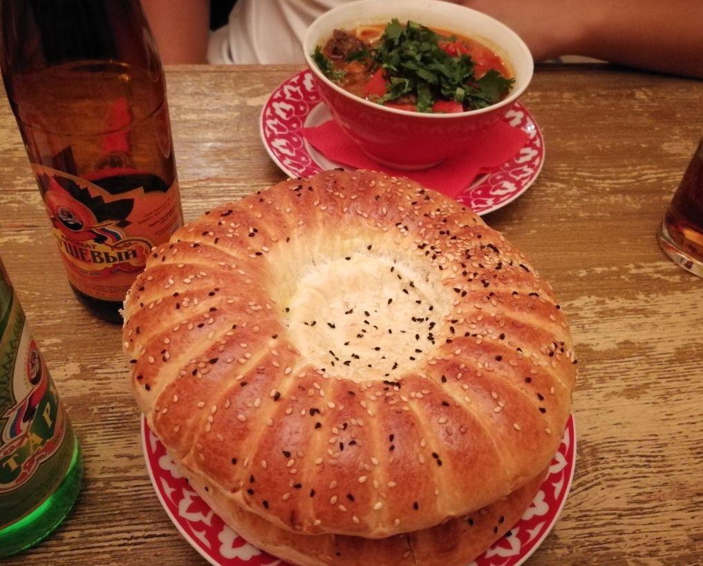 叶卡捷琳堡当地的烤馕和羊肉汤