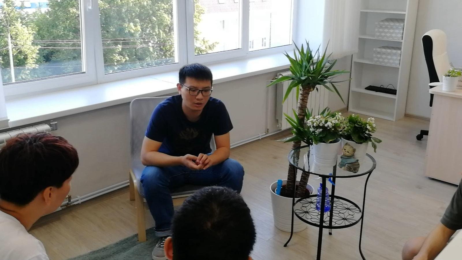 学生家长带孩子来俄罗斯参观考察俄罗斯大学,并为俄罗斯留学做准备