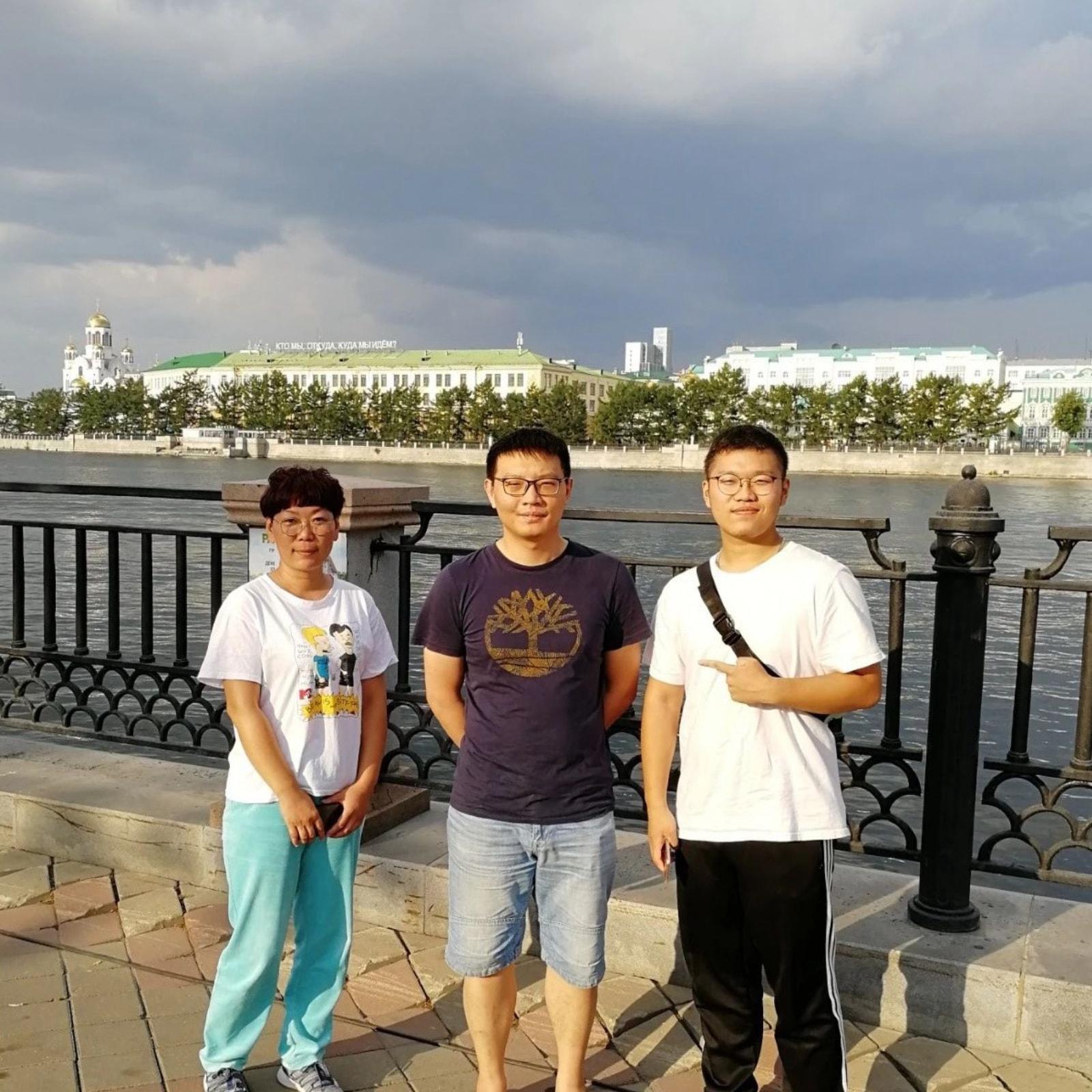 和学生还有家长在叶卡捷琳堡市中心合影