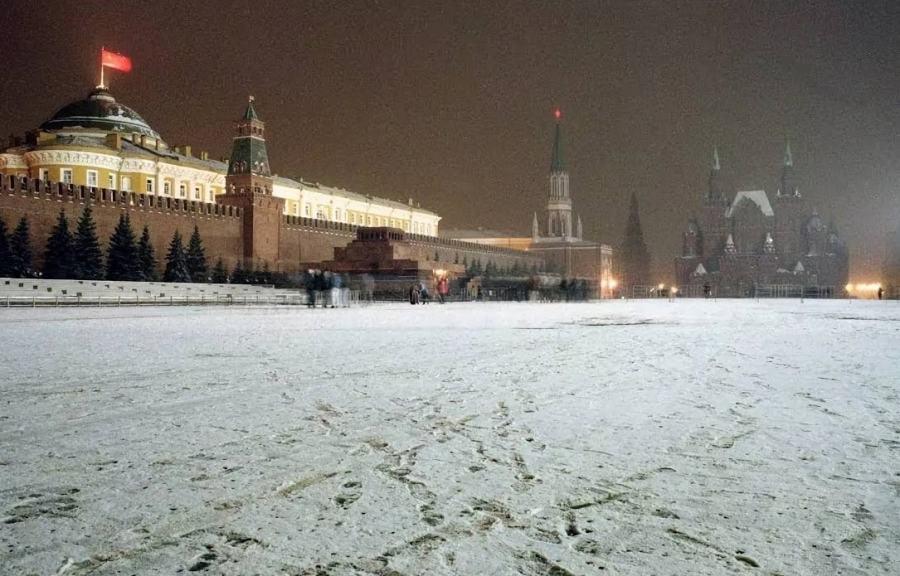 1991年12月26日夜,苏联的镰刀锤子旗在克林姆林宫悬挂的最后一夜,意味着红色苏联已经行将就木,27日早上俄罗斯的三色旗将会在这里升起