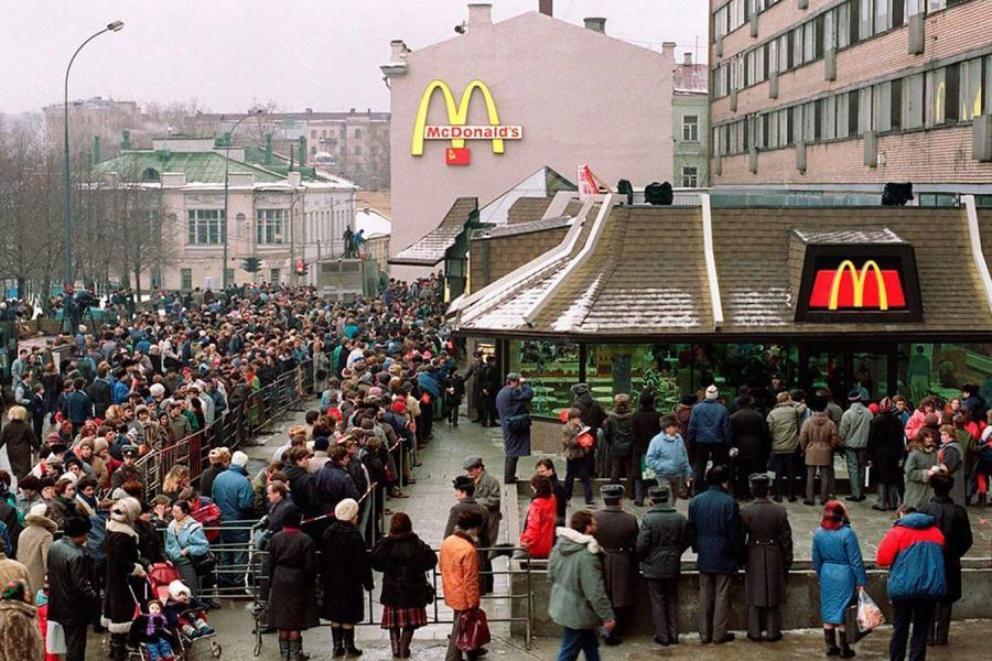1990年莫斯科第一家麦当劳开业当天,排队的人群足足有一公里长