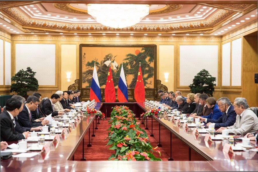 中俄关系在过去的三十年里一直稳步发且在双方共同坚定努力下,中俄关系已提升至全面战略协作伙伴关系新阶段。 中国和俄罗斯共同利益一定是远大于分歧的