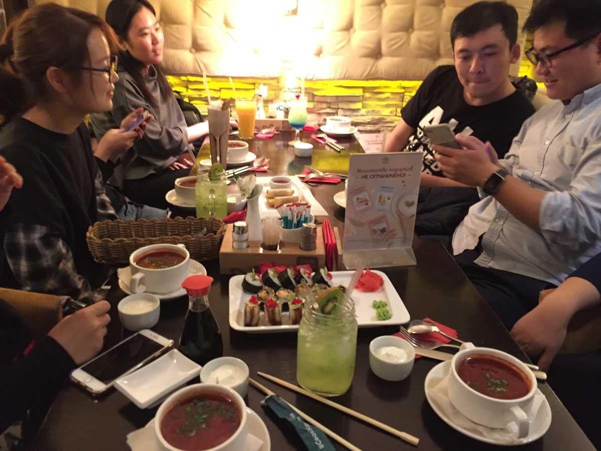 晚上和同学们一起聚个餐