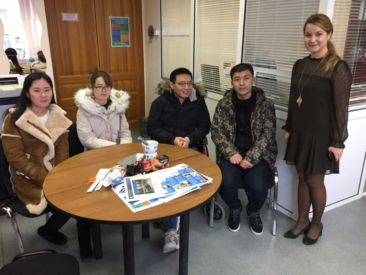 2017年11月学生陆续抵达乌拉尔国立经济大学和当时的外办主任玛格丽特合影,当时小编脚摔断了,所以坐着轮椅去机场接大家,帮助所有人处理入学手续,还是挺不容易的