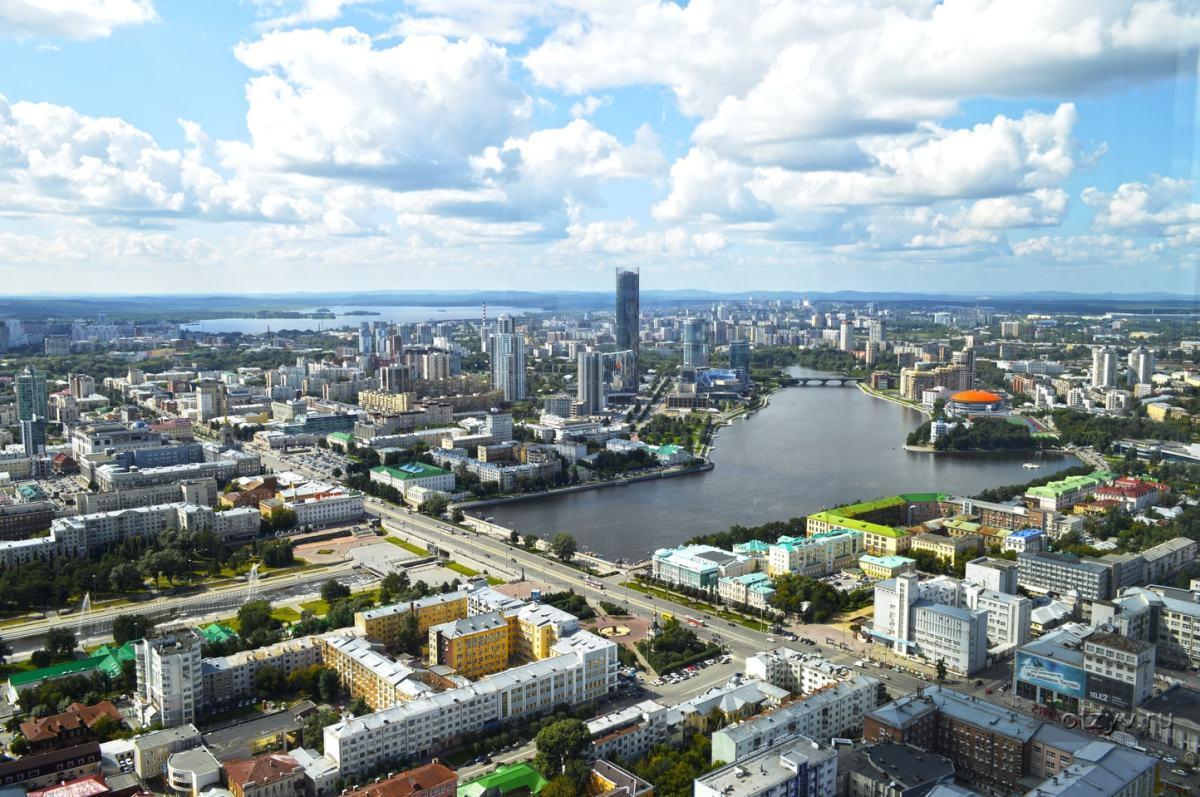 从叶卡捷琳堡最高的维索茨基楼52层的餐厅鸟瞰市中心