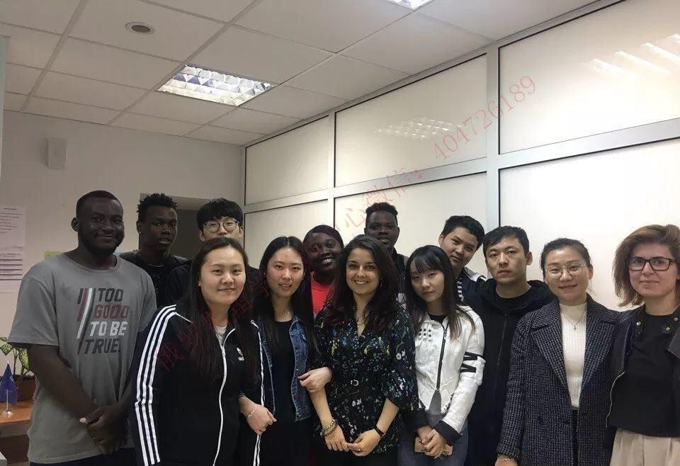 17届学生合影,中间是预科老师娜塔莎,她被乌拉尔国立经济大学预科学生评价为最好的预科老师