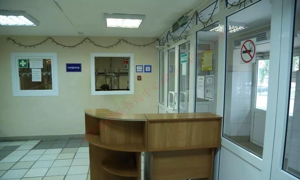 进门有门卫监督学生是否携带学生证,一楼甚至有一个Гардероб,学生可以存放出门的大衣在这里