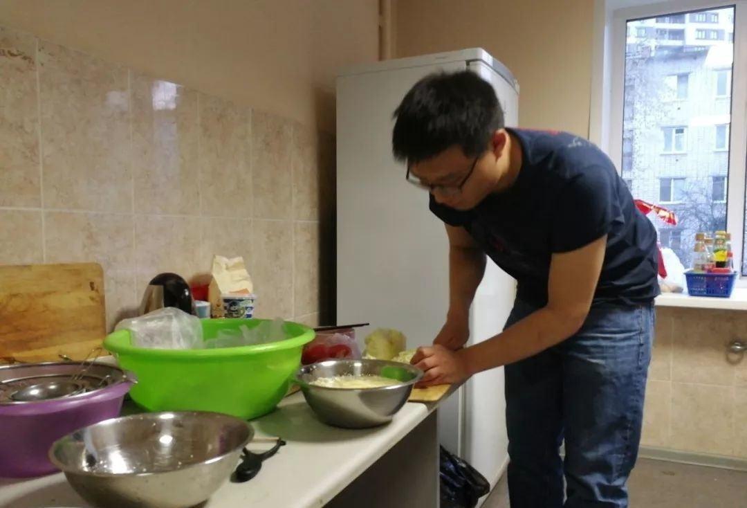 和学生们一起聚餐,我也会经常帮他们切切菜干点什么