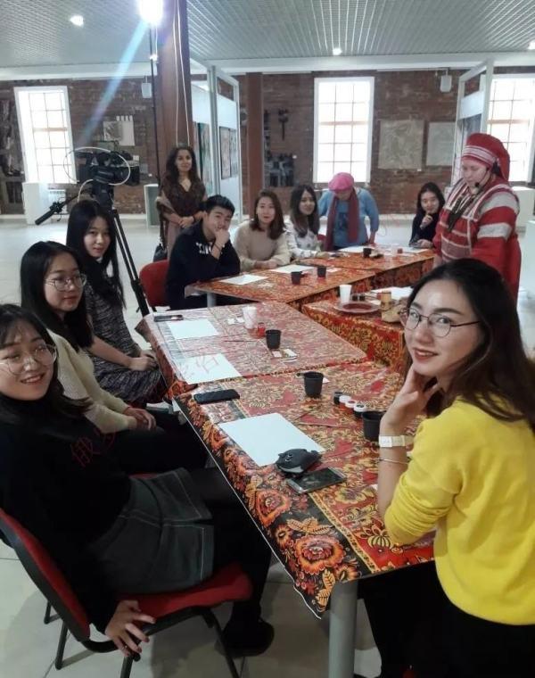 2017届同学一起出去参加活动,期间聚餐