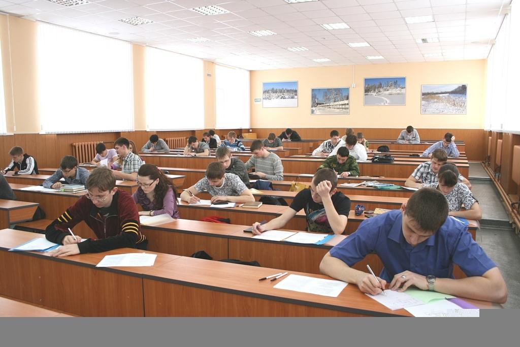 学生在参加期末考试(экзамен)